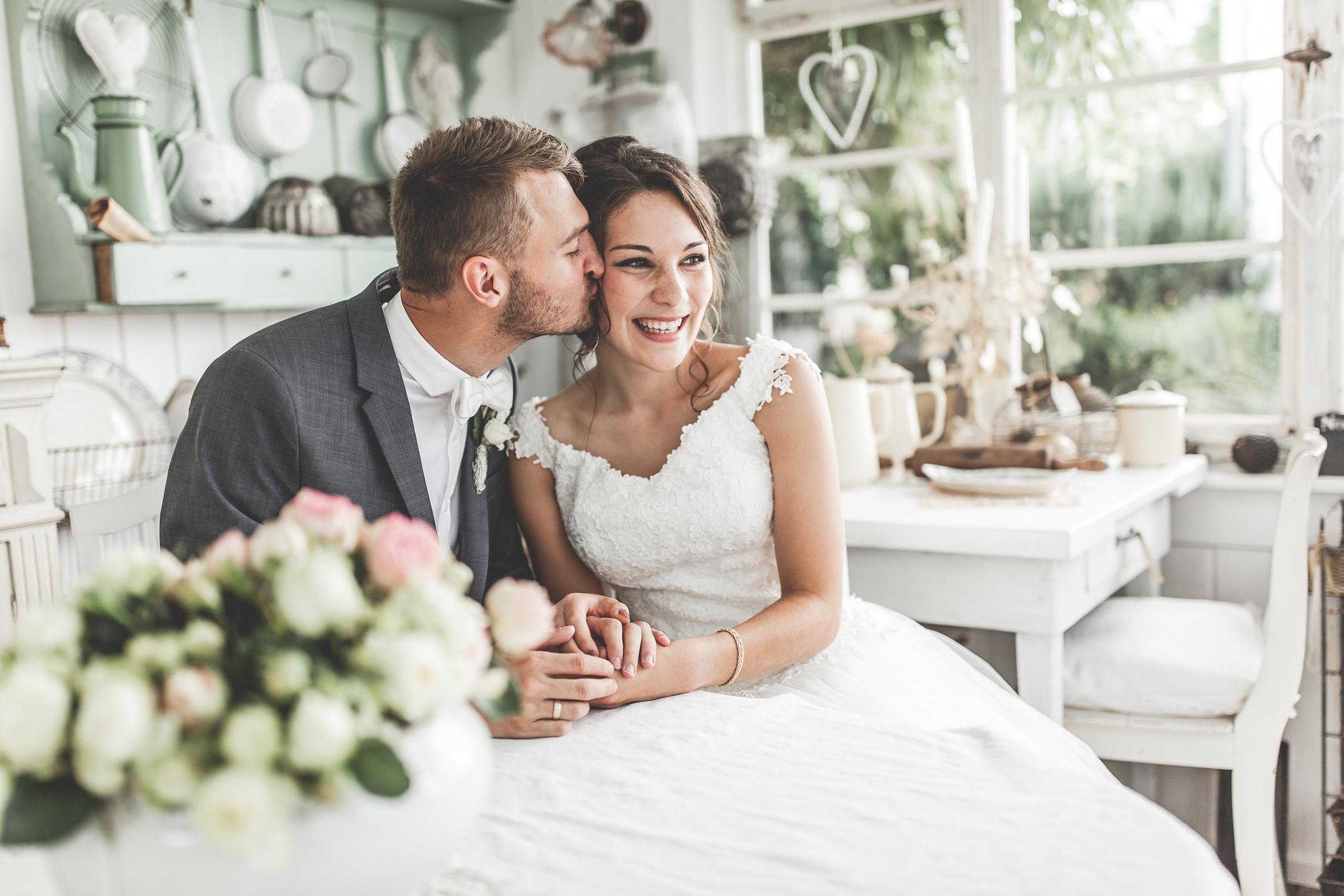 Paar bei Hochzeit, das erst einmal verheiratet, steuerlich profitieren kann