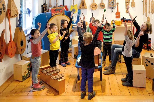 Kinder musizieren unter Anleitung im Kindermuseum Wuppertal