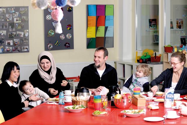 Gemeinsames Frühstück beim KIndershcutzbund von Kindern und Erwachsenen